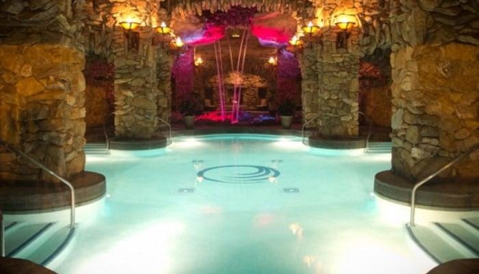 Playboy Mansion'un Lagün Tarzı Havuzu