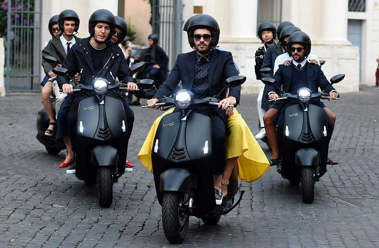 "İki Büyük Şirketten Lüks Scooter: ""Vespa 946 Emporio Armani"""