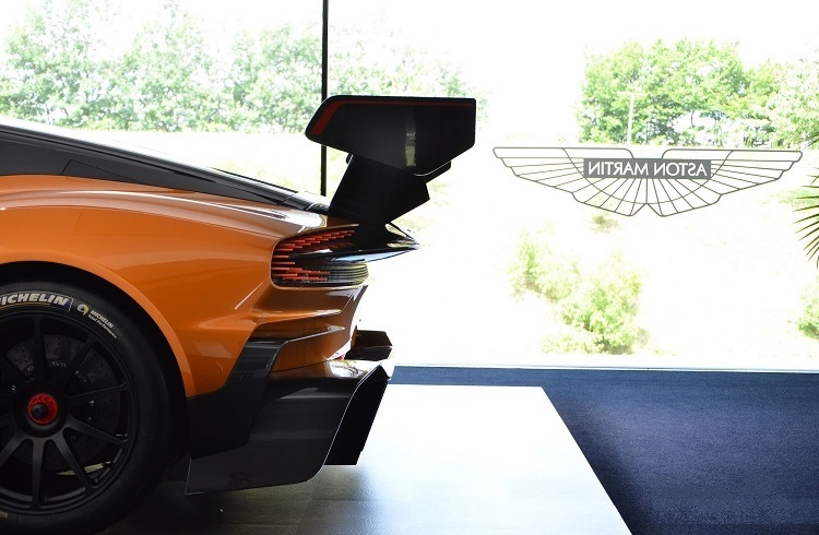 2.8 Milyon Dolara Satılan Turuncu Aston Martin Vulcan