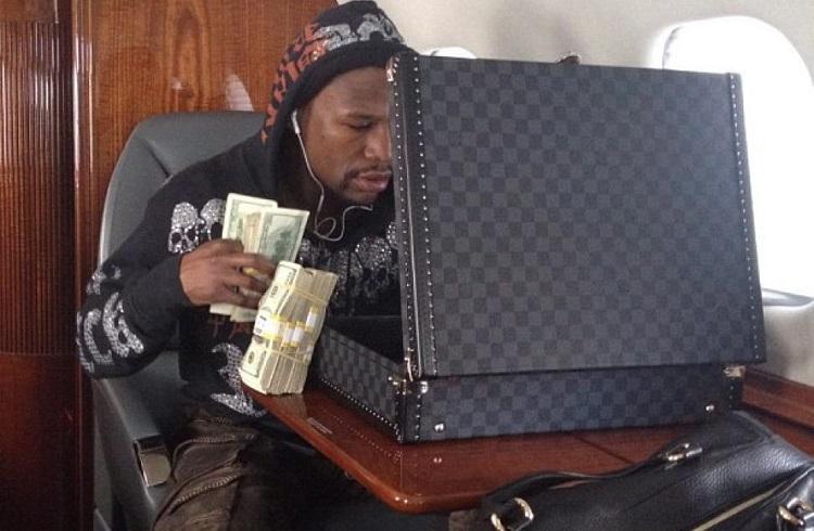 Seyahate Çıkan Floyd Mayweather'in Valizindeki Para Desteleri