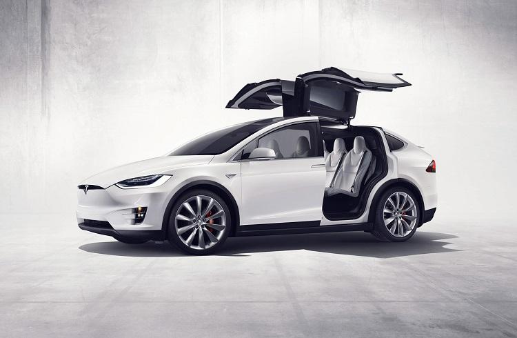 """Tesla'dan Dünyanın İlk Elektrikli SUV Aracı: """"Model X"""""""