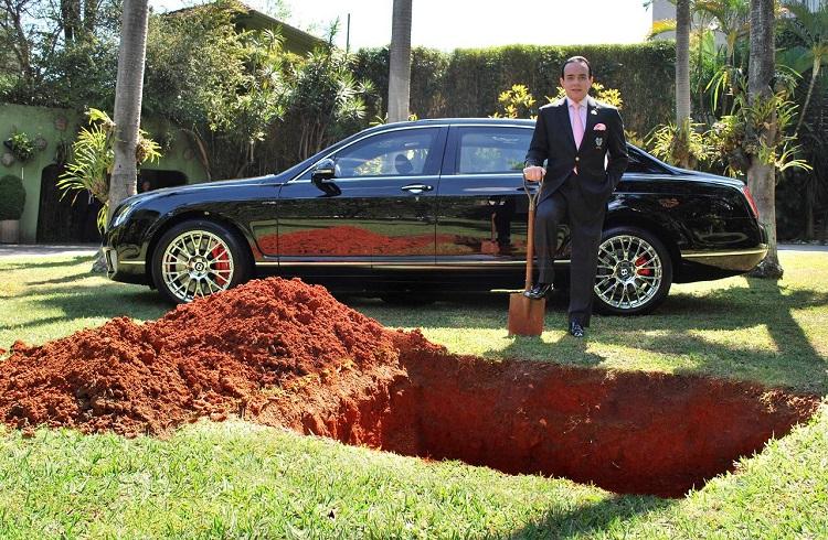 Bentley Marka Otomobilini Gömmek İsteyen Zengin İş Adamı ile Tanışın!