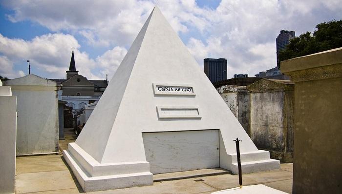 Piramit Şeklinde Mezarlık