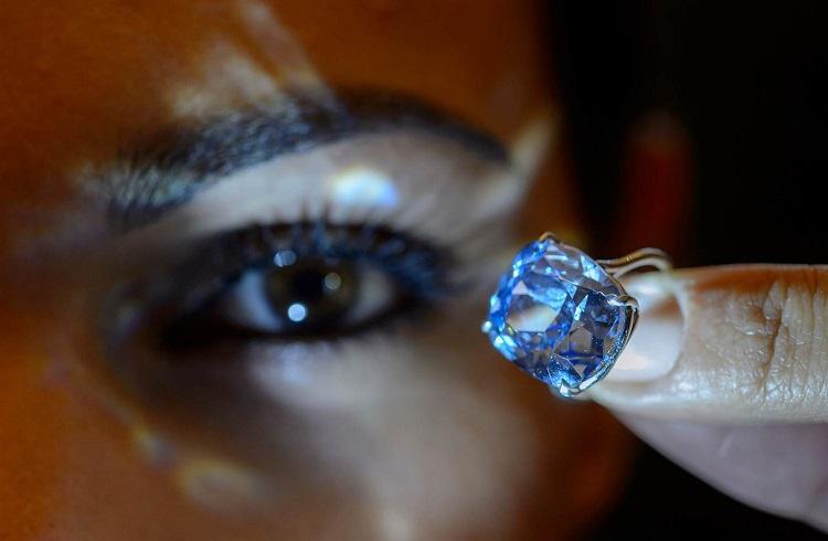 """Milyarder Babanın Kızı için Aldığı Dünyanın En Pahalı Elması: """"Blue Moon"""""""