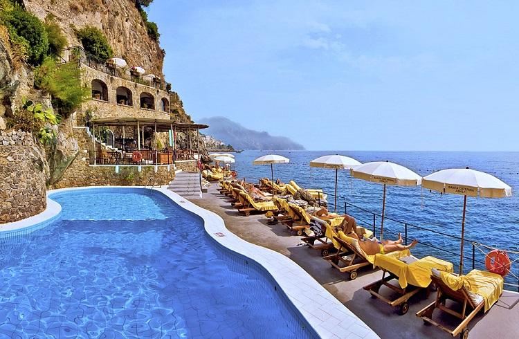 """Akdeniz'in İncisi Amalfi Kıyılarının Göz Bebeği: """"Hotel Santa Caterina"""""""
