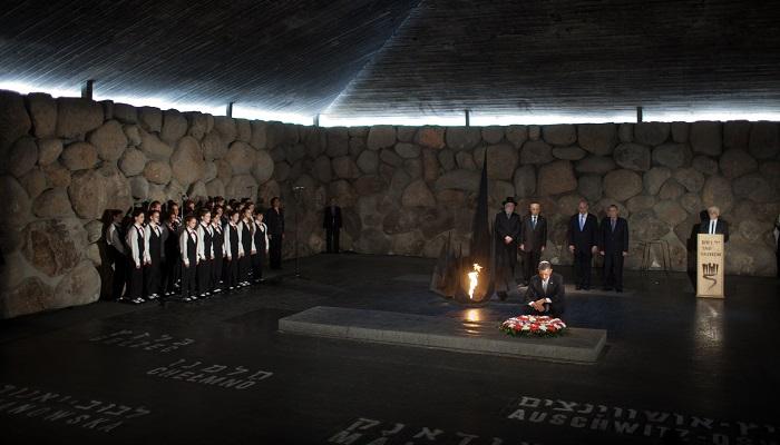 Gerard Schröder Soykırım Anıtı'nda Yanan Alevi Söndürdü