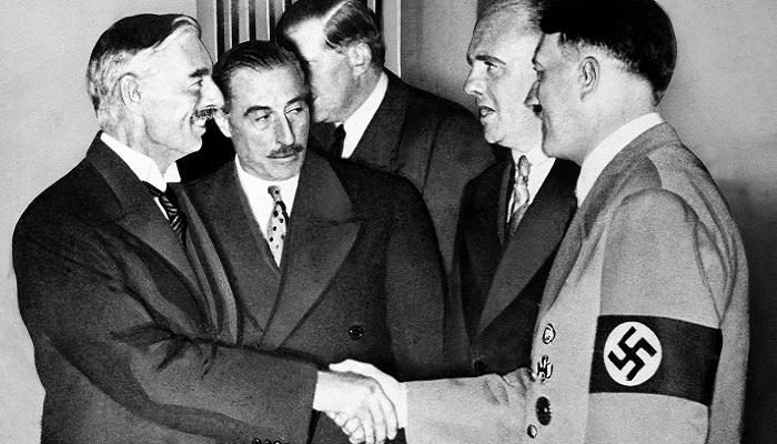 Neville Chamberlian'ın Münih Anlaşması'nı İmzalaması