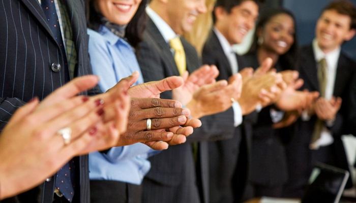 Başarılı İnsanlar Başkalarının Başarılarıyla Övünürken, Başarısızlar ise Üzülür