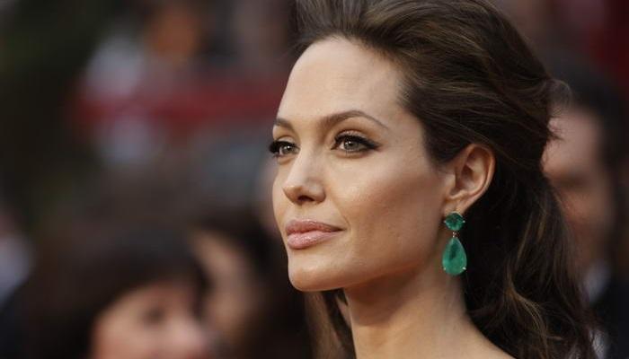 Angelina Jolie - Lorraine Scwartz Zümrüt Küpe ve Yüzük