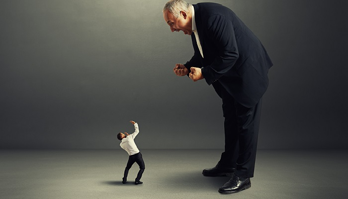 Nadiren İletişim Kurar, Onda da Çalışanlarına Hakaret Ederler