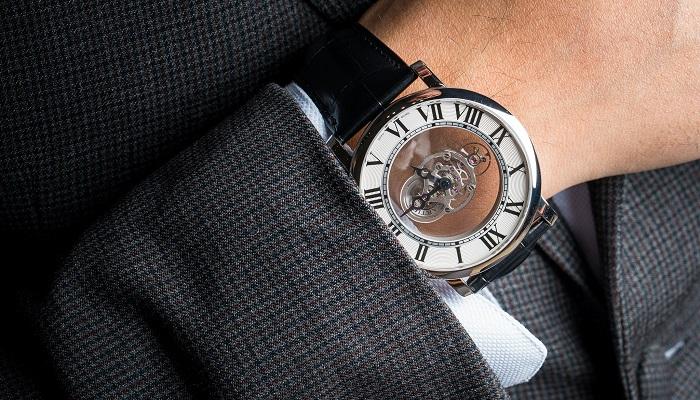 Rotonde de Cartier Astromysterieux Saatinin Sade ve Şık Tasarımı