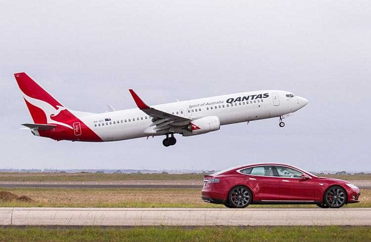 Tesla Model S ve Boeing 737 Arasındaki Nefes Kesen Yarış!