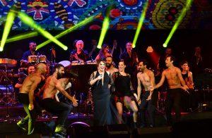 Türk Kızılayı için Düzenlenen Konserde Rekor Fiyata Satılan Elbiseler