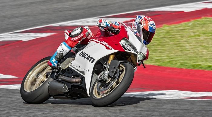 Güçlü Motoruyla Heyecan Verici Bir Yarış Motosikleti