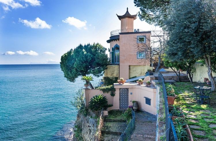 """Napoli'nin Kalbinde İçinizi Isıtacak Bir Güzellik: """"Villa La Pagoda"""""""
