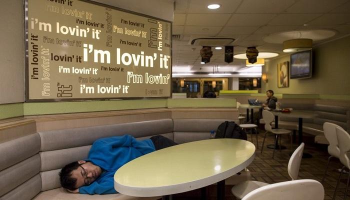 Japonya'da ve Çin'de herhangi bir yerde kalmayı karşılayamayacak olan insanlara, McDonald's'ın içerisinde uyumaları için izin verilir.