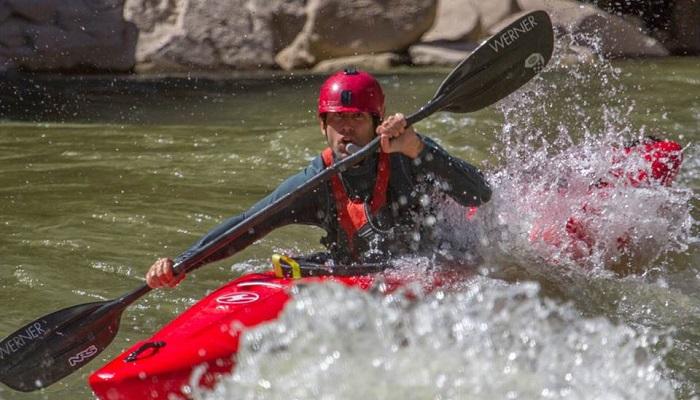 Lonnie Bedwell, Büyük Kanyon'da 367 kilometrelik bir mesafede kayak yapan ilk görme engelli kişi olmuştur.
