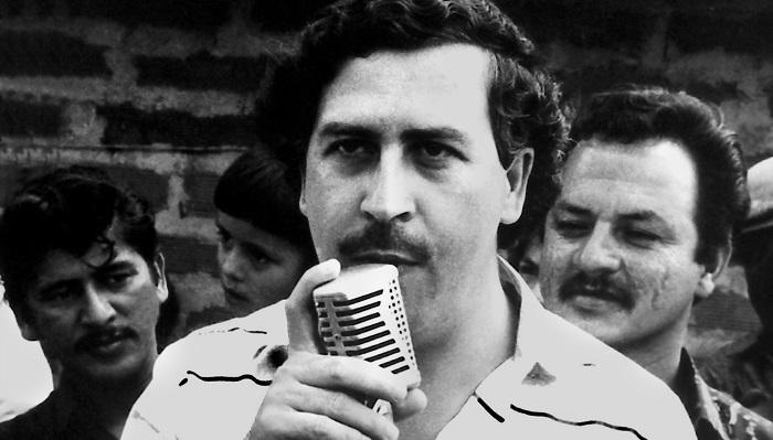 """Son zamanlarda """"Narcos"""" dizisiyle iyice popüler hale gelen Pablo Escobar, zamanında o kadar çok para kazanıyordu ki yalnızca paralarını tutturduğu lastik bantlara 2.5 bin dolar para harcamaktaydı."""