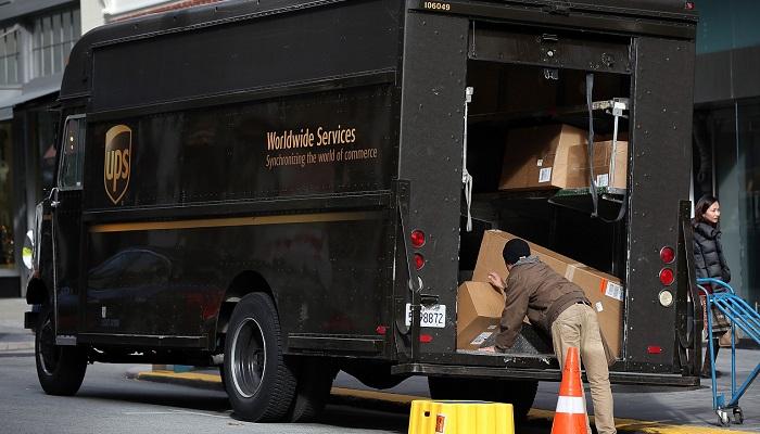 UPS (kargo şirketi) kamyonları; Amerika'da araç çokluğu nedeniyle park bulamadıkları için teslimat yaparken, araçlarını yol kenarına bırakmaktadırlar.