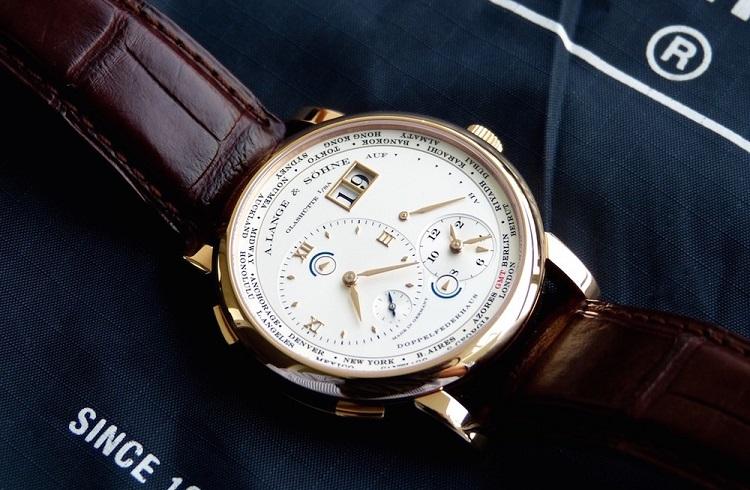 """Dünyanın En Klas Saatlerinden Bir Tanesi: """"A. Lange & Söhne Lange 1 Time Zone Honey Gold"""""""