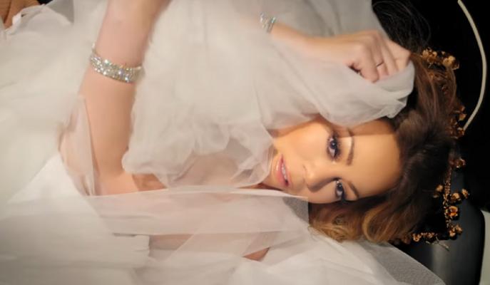 Düğünü İptal Olan Mariah Carey 250 Bin Dolarlık Gelinliğini Klibinde Ateşe Verdi