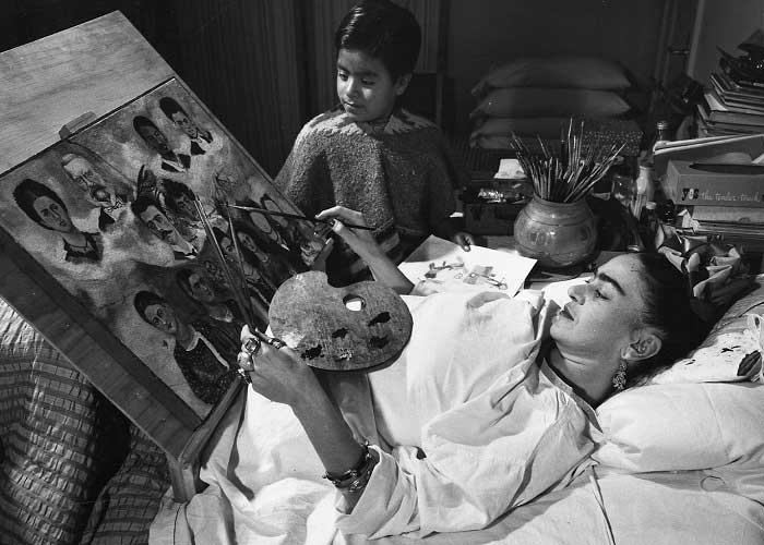 Frida Kahlo Hasta Yatağında Resim Yaparken