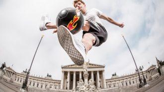 Freestyle Performansları ile İzleyenleri Büyüleyen Sokak Futbolcuları