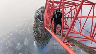 632 Metrelik Şangay Kulesinin Tepesinde Yüksekliğe Meydan Okuyan Çılgın Gençler