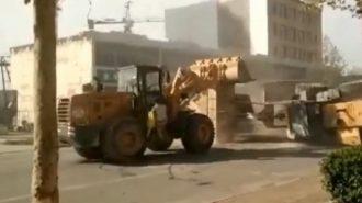 """Çinli İş Makinesi Şoförlerinin """"Transformes"""" Tadındaki Kepçe Dövüşü!"""