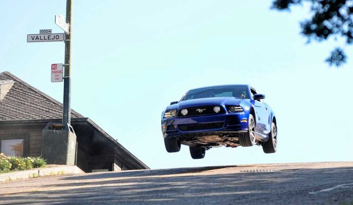 Yollarda Bulunan Kasislere Fazla Hızlı Giren 10 Arabanın Görüntüsü