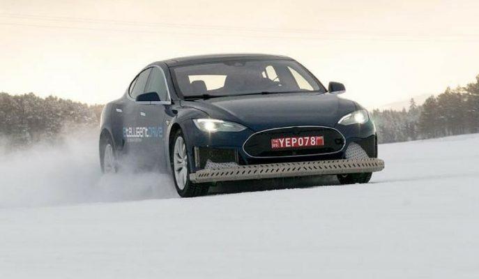 Magna Tesla Model S'in Fazladan Motorla Yaptığı Karda Drift Gösterisi!