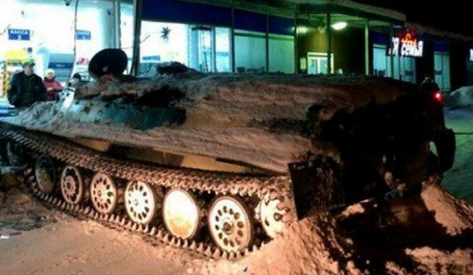 Rusya'da Genç Bir Kişi Soyguna Tankla Gitti!
