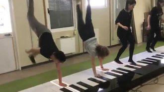 Ayak Piyanosu ile Despacito Şarkısını Çalan  Gençlerin Performansları