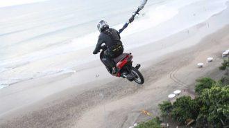 Motosiklet ile Bungee Jumping Yapan Adamın İnanılmaz Performansı!