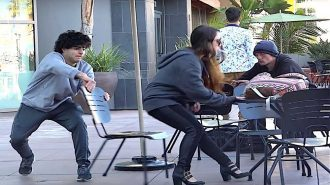 İnsanların Birbirlerine Sandalye Şakası Yaptığı 7 Görüntü