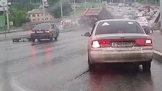 Rusya'da Damperli Kamyon Onlarca Otomobili Ezdi!