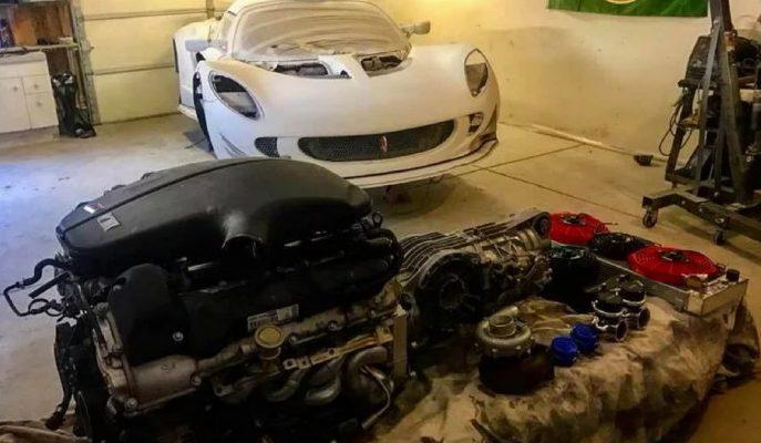 Şaşırtıcı Şekilde Garajında Lotus Elise'ye BMW'nin V10 Motorunu Yerleştirdi!