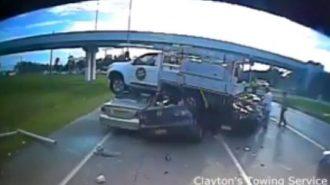 Uçarak Üç Arabanın Üzerine Düşen Feci Kamyon Kazası!
