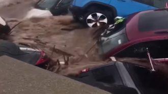 New Jersey'de Taşan Nehir Bir Chrysler – Jeep Bayisini Yuttu!