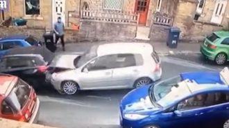 VW Golf ve BMW 1 Serisi Kazasında Şoförleri Döven Yaya!