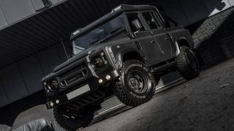 Kahn Design'ın Karanlık Land Rover Defender Pick-up Modifiyesi