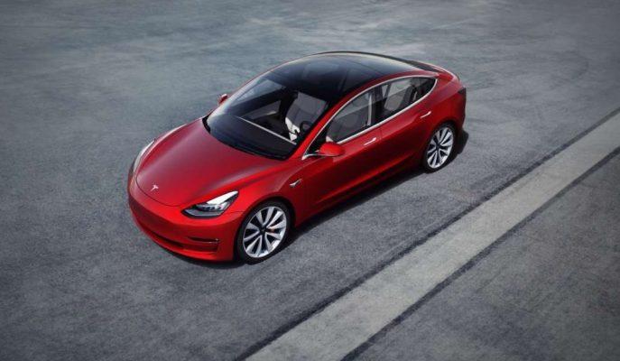 Tesla Model 3'ün Yazılım Güncellemesi Hız ve Görülmemiş Özellikleri Destekliyor