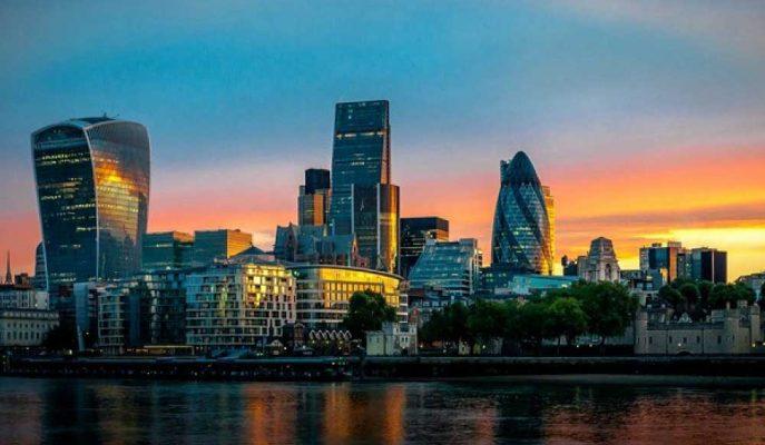 İngiltere'de Hisseler Ticaret Konuşmalarını, Sterlin Brexit Tartışmalarını İzliyor